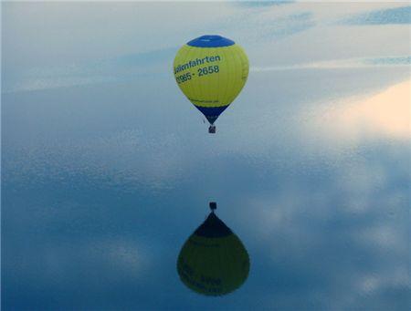 Ballon über Wasser